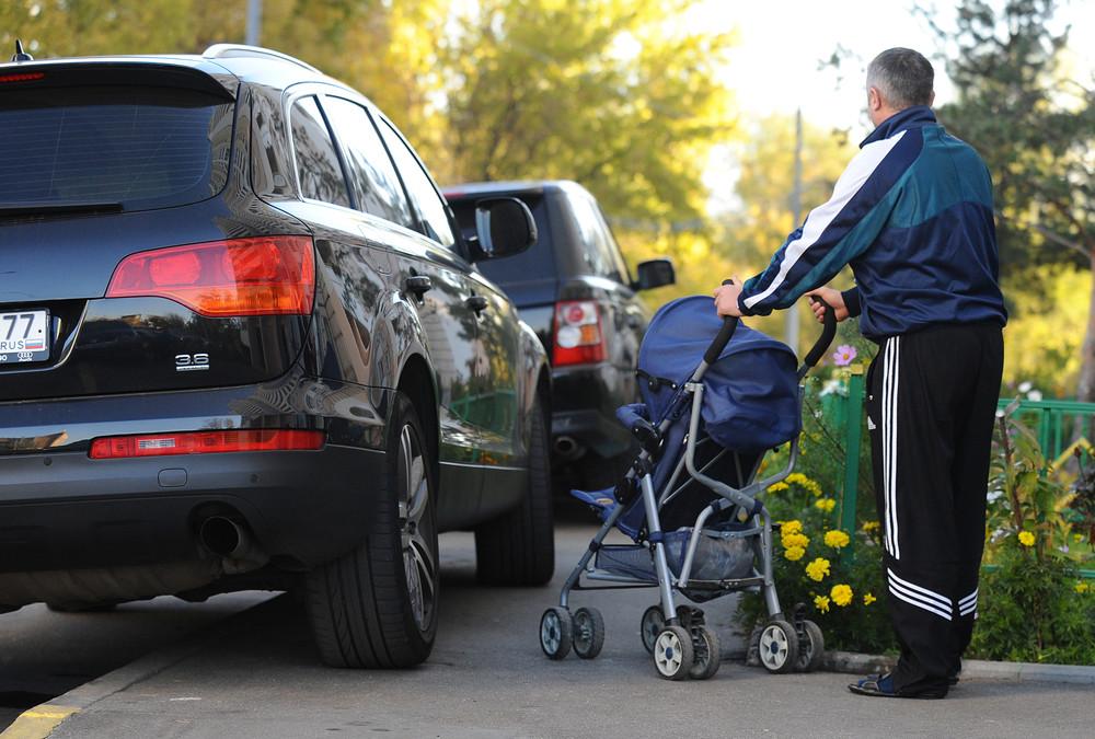 Автомобиль припаркован на тротуаре перед