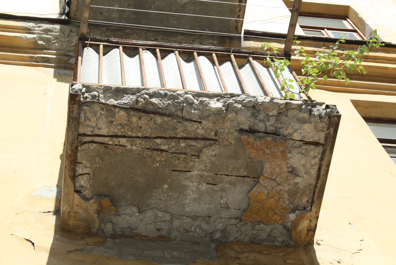 Копейчанка упала с балкона вместе с перилами - новости Челяб.