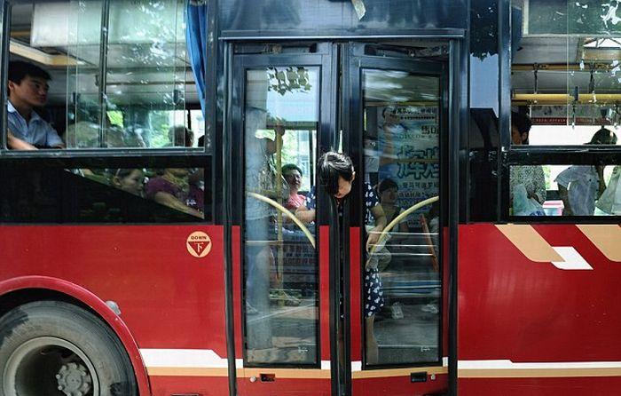 Что означает во сне автобус – едущий на большой скорости – поспешные решения, следует соблюдать осторожность, видеть себя пассажиром в полном автобусе – провести вечер с давними друзьями, быть единственным пассажиром – непонимание в кругу друзей, самому вести автобус – взяться за новое дело.